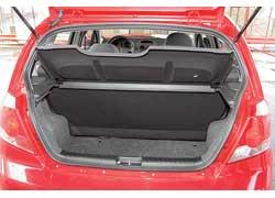 Походный» объем багажника хэтчбека маловат (всего 195 л) – в нем поместятся всего две большие дорожные сумки.