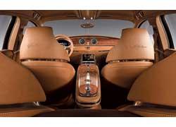 Интерьер Bugatti объединяет эпохи: классический лакированный шпон и кожа соседствуют с ЖК-монитором.