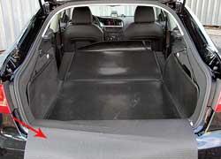 Удобный ковер в багажнике A5 Sportback позволяет прикрыть бампер, боковины, пол и спинки. Объем багажника в хэтчбеке такой же, как в седане А4 – на 25 л больше, чем у купе А5. Но погрузочная высота багажника у купе на 10 мм меньше, а проем на 13 мм шире.