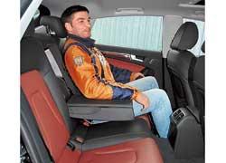 Сзади над головой даже покатая крыша A5 Sportback оставляет на 33 мм больше пространства. И в плечах он на 32 мм шире. А с увеличившейся на 59 мм колесной базой свободнее коленям.
