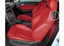 В Audi А5 ярко-красный салон настраивает на спортивный лад. Он на 27 мм уже и на 21 мм ниже. Чтобы в купе попасть на второй ряд, нужно сдвинуть переднее кресло при помощи  электропривода .