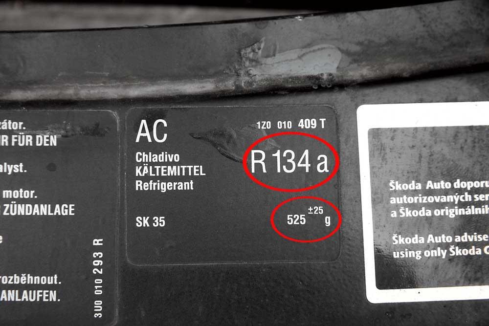 Количество рабочего газа фреона и его тип указаны нанаклейке вмоторном отсеке.