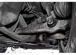 На наших дорогах как более долговечная зарекомендовала себя передняя подвеска Mondeo. Большинство «расходников» передка способны выходить около 150 тыс. км, тогда как у Passat – 80–100 тыс. км. А вот неоригинальные «расходники» служат одинаково.