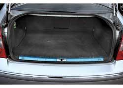 Несмотря на меньший объем багажника, Passat более удобен – его погрузочный проем шире, чем у конкурента. Единственное слабое место кузова Passat – крышка багажника в районе плафонов подсветки номера, там она нередко ржавеет.