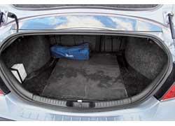 Размер багажника Mondeo на 25 л больше, чем у Passat, – 500 против 475 л. У обеих моделей его можно увеличить, сложив задние сиденья. При покупке Mondeo до 2003 г. в. проверьте швы стыков филенок и дверных рам – они могут быть ржавыми.