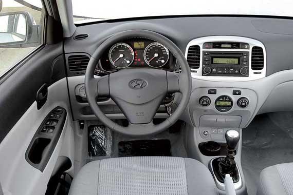 Хотя посадка в этой машине глубже, диапазон регулировки высоты руля ограничен. В Hyundai можно получить больше маршрутной информации. Вся она подается на небольшой монитор на щитке приборов.