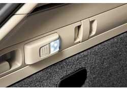 Освещает багажник съемный фонарик с магнитным корпусом и аккумулятором.