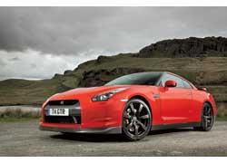 Внешне GT-R легко отличить по модифицированным бамперам.