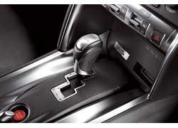 Изменены электронные настройки коробки передач. Это обеспечивает более поздний переход с 6-й на 5-ю передачу в автоматическом режиме, а в ручном режиме переход с 4-й на 3-ю и с 3-й на 2-ю передачу теперь происходит быстрее.