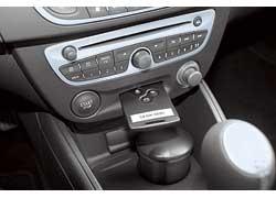 Fluence оснащается фирменной системой с ключом-картой. Стоит отойти от авто с ней в кармане, и центральный замок сам запирается. Если владелец ключа подошел к машине и взялся за ручку – открывается.