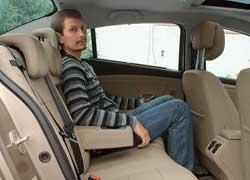 На заднем сиденье места над головой и для ног столько, чтовпору говорить о конкуренции с автомобилями D-класса.