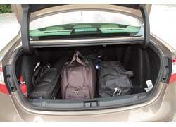 Объем багажника весьма впечатляющий – 530 литров. Удобно, что погрузочная высота маленькая (72,5 мм), а погрузочный проем достаточно большой (1020 мм).
