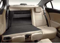 Спинка заднего сиденья складывается в пропорции 60:40 иоткрывает широкий проем для крупногабаритных грузов. Плоские подголовники снимать не нужно – обзор они незакрывают.