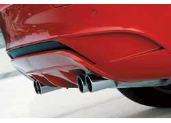 Диффузор в заднем бампере формирует поток воздуха, а хромированные «двустволки» выхлопной системы – сознание.