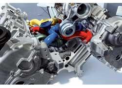 Оба турбонагнетателя вместе скатализаторами расположены вразвале блоков цилиндров. Это позволяет уменьшить длину каналов, благодаря чему снижаются потери давления во впускном тракте и повышается отзывчивость педали газа. Максимальное давление наддува системы составляет 1,5 бара.