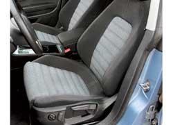 Кресла Passat CC не столь спортивны, затоподушка сиденья длиннее на 4 см, адиапазон  регулировки высоты  больше.
