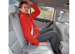 Форма кузова традиционного седана обеспечивает «Аккорду» выигрыш пространства над головами задних пассажиров.