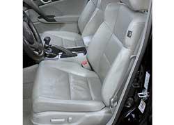 Передние кресла Accord имеют прекрасную боковую поддержку не только корпуса и бедер, но даже плеч.