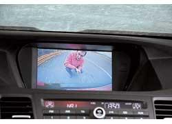 Accord предлагается в трех комплектациях. Тестовая машина – всамой богатой Advanced и с автоматической 5-ступенчатой КП. Камера заднего вида есть только в этой версии. Отдельно заказать ее нельзя.