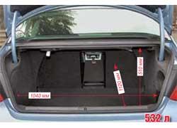Багажник Passat CC неожиданно большой. Однако спинки сидений не складываются. Есть только проем для длинномеров.