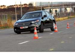 Cолидный истепенный свиду Accord на полигоне показывает себя более точным ибыстрее реагирует надействия водителя.