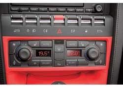 В салоне встречаются как блоки управления от Audi, так и оригинальные решения. Например, вот эти «бочечки» – тумблеры. Причем ими управляются даже стеклоподъемники.