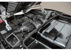 В купе отлично виден двигатель – он выставлен на всеобщее обозрение и даже крышка моторного отсека прозрачная. Spyder имеет вот такое корытце, в которое и  складывается крыша.