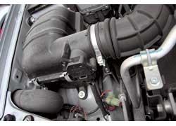 В фильтр воздух проникает через крыло, где попавшая в патрубок вода стечет.