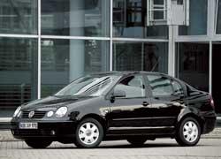 Прежнее поколение седана Polo закончили выпускать в 2005 г. Онбыл на 280 мм длиннее хэтчбека исосложенным задним рядом сидений вмещал до 1127 л багажа.