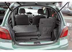Багажник Yaris– один из наименьших среди «одноклассников», вместе с тем, сдвинув на 150мм вперед задние сиденья, «походный» объем можно увеличить нацелых 100 л, получив 305 л!