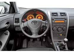 Отличить комплектацию City (единственно возможную для модели с мотором 1,33 л) отTerra, с которой продаются 1,6-литровые Corolla, невозможно– здесь и оборудование, и оформление идентичны.