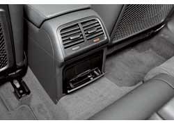 Задние пассажиры могут регулировать интенсивность обдува итемпературу воздуха припомощи механических «крутилок».