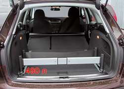 Багажник подкупает не столько объемом, сколько удобством организации пространства благодаря передвижным фиксаторам.