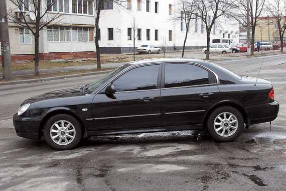 Sonata немного крупнее своего оппонента – она относится к категории моделей верхнего сегмента D-класса, а Primera – классический представитель этого класса.