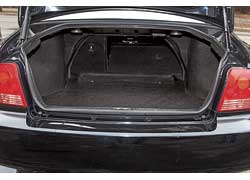 Багажник Sonata функциональнее– у конкурента его возможности поперевозке грузов ограничивает узкое «горлышко» доступа всалон.