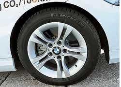 За счет рисунка колесных дисков удалось уменьшить завихрения воздуха и улучшить аэродинамику.
