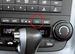 Перед постановкой машины на длительную стоянку просушивать систему, за две-три минуты до выключения двигателя отключив компрессор кондиционера кнопкой А/С On-Off