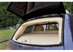 При необходимости загрузить легкую поклажу не обязательно открывать заднюю дверь – ее можно забросить через подъемное стекло.