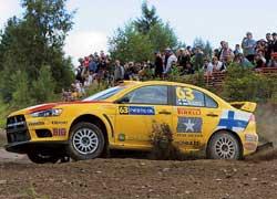Участники программы Pirelli пилотируют Mitsubishi Lancer Evo X.