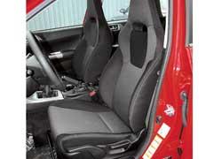 Спортивный вид сиденьям Impreza придает цельная сподголовником спинка. Боковая поддержка работает нормально.