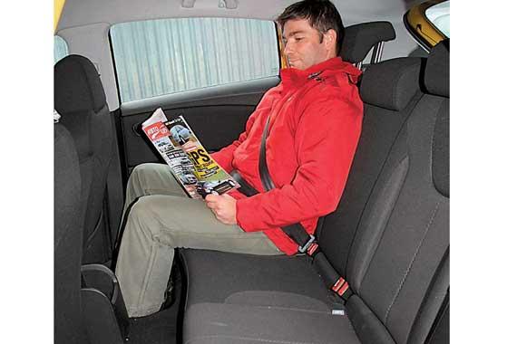 На втором ряду в Leon средний пассажир будет задаваться вопросом, почему ему мешает тоннель в переднеприводном авто.