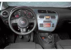 Seat Leon Sportwagen предлагает раздельный климат-контроль. Тахометр не случайно вынесен в центр приборной панели. Его стрелка очень быстро долетает до красной зоны, и водитель следит за этим. А громкость музыки может регулировать и передний пассажир. К нему и  ручка ближе расположена.