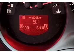 С правого подрулевого переключателя на экран трип-компьютера Leon можно вывести множество полезной дорожной информации.