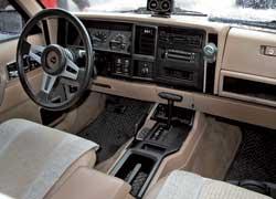 У многих Cherokee полный привод –  подключаемый. Рычагом  «раздатки» задействуются передок и понижающая, а у версий с постоянным полным этим рычагом включаются 5 режимов трансмиссии.
