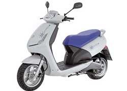 Электрический скутер может преодолеть на одной зарядке аккумуляторов до 100 км.