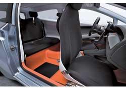 Торпедо, центральная консоль, рычаг КП и карты дверей оформлены под карбон. Функция складывания передних кресел Easy-Entry призвана обеспечить удобную посадку. Сложив задние кресла, объем багажника можно увеличить с217 до 847л.
