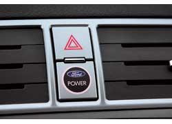 Чтобы запустить бензиновый мотор, следует, как и на дизельной версии, поискать  кнопку рямо по центру торпедо. Ford любит прятать их на самом видном месте.