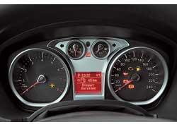 «Бензиновая» шкала спидометра появилась на Kuga в этом году. Положение рычага КП отображается маленьким значком в углу экрана..