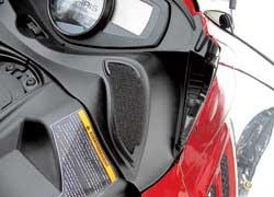 Забор воздуха для двигателя осуществляется около приборного щитка – из зоны, защищенной отснежной пыли.