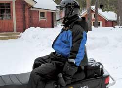 Оседлать профилированное кресло нелегко из-за ширины и высоты, носидеть внем удобно даже вдальней дороге.